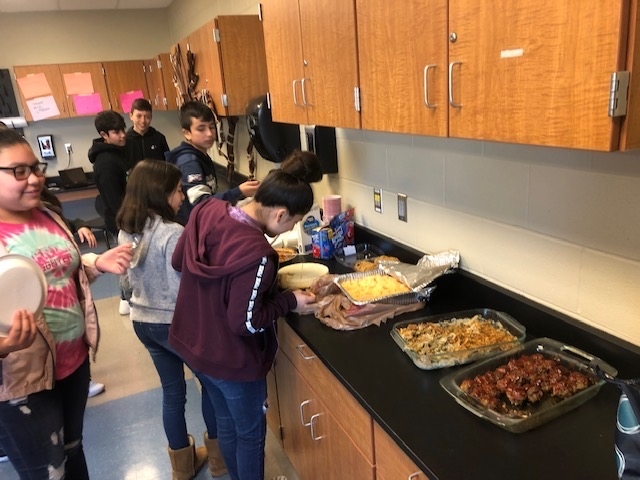 SRMS's Mrs. Arnberger's Unplugged class enjoying a Thanksgiving meal together ❤️❤️